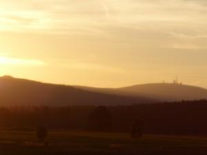 Abenddämmerung mit Blick zum Brocken in der Nähe von Elbingerode